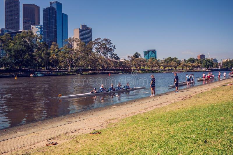 Antes de comenzar la práctica del rowing combine imágenes de archivo libres de regalías