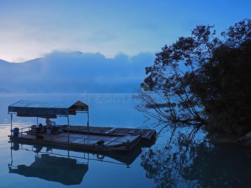 Antes de la salida del sol en el lago Sunmoon, Taiwán imagen de archivo