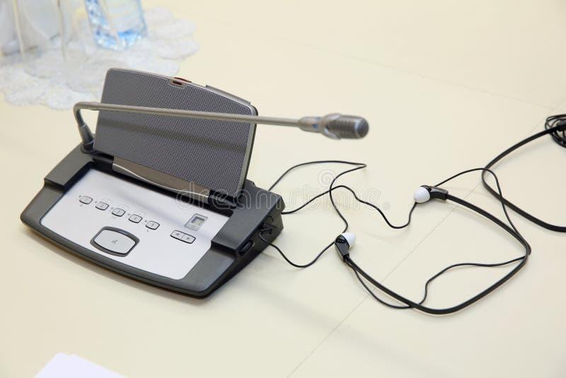 Antes de una conferencia, los micrófonos delante de sillas vacías Foco suave de los micrófonos inalámbricos de la conferencia en  foto de archivo