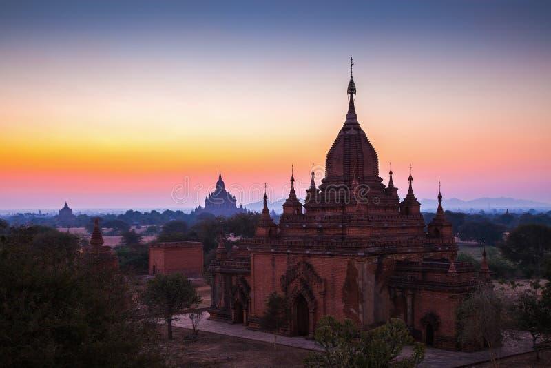 Antes do nascer do sol sobre templos de Bagan fotos de stock royalty free