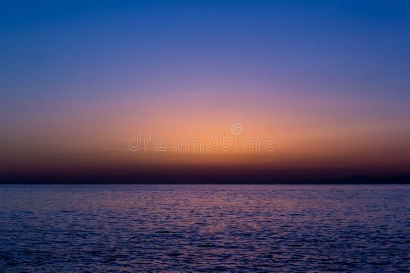 Antes do nascer do sol no mar foto de stock