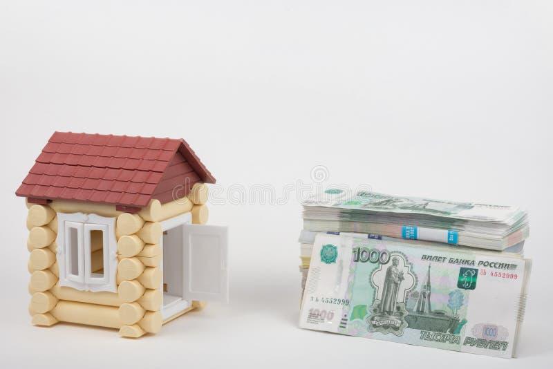 Antes que a casa se encontrar um bloco do dinheiro dos rublos de russo imagem de stock royalty free