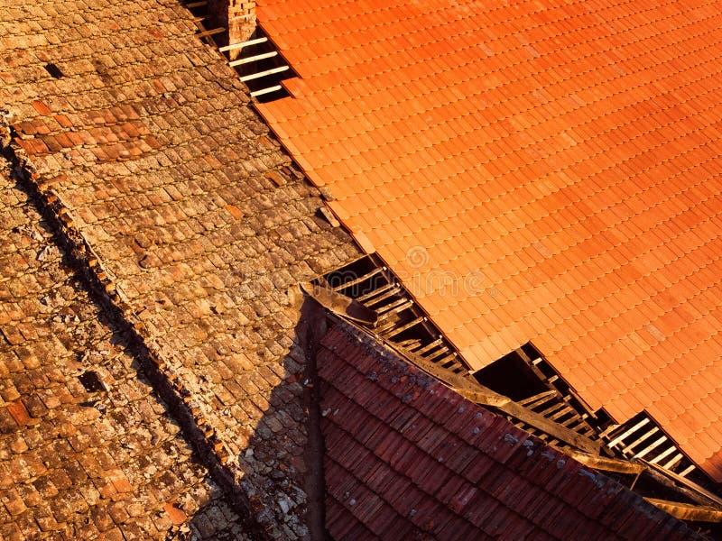 Antes y después de retiro del tejado viejo, reemplazo con nuevo shing imagen de archivo libre de regalías