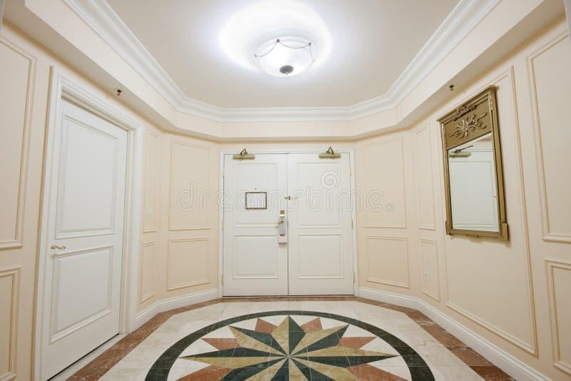 Antesala con la puerta doble y el suelo de mármol del mosaico fotografía de archivo libre de regalías