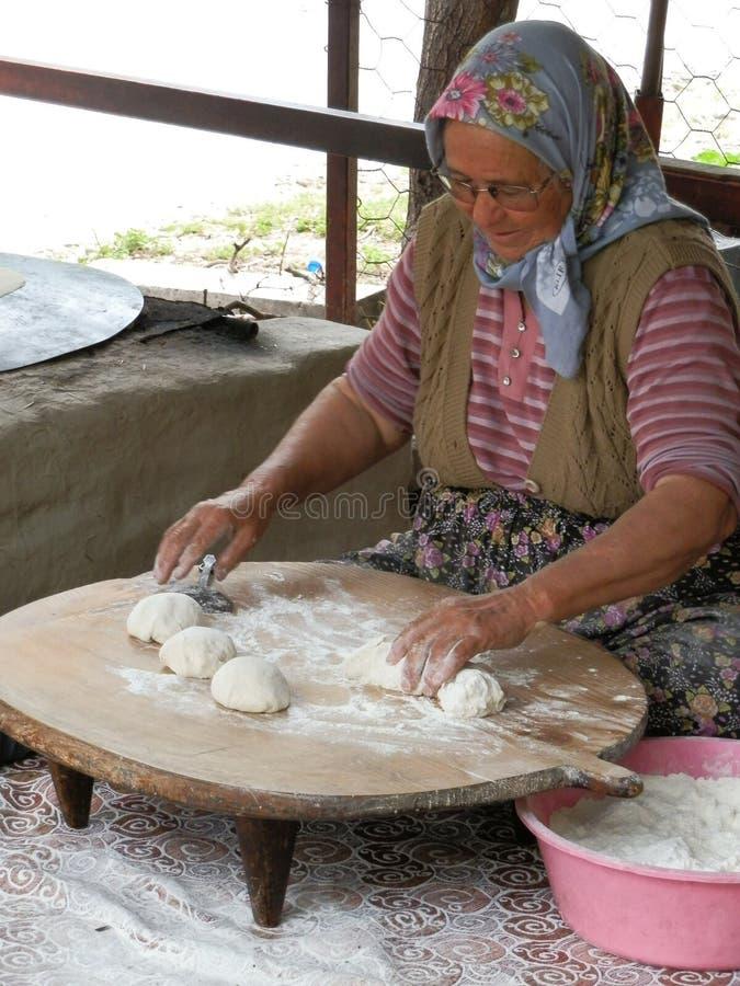 ANTHALYA,土耳其,做与女儿的7月7,2017老妇人土耳其面包 免版税库存照片