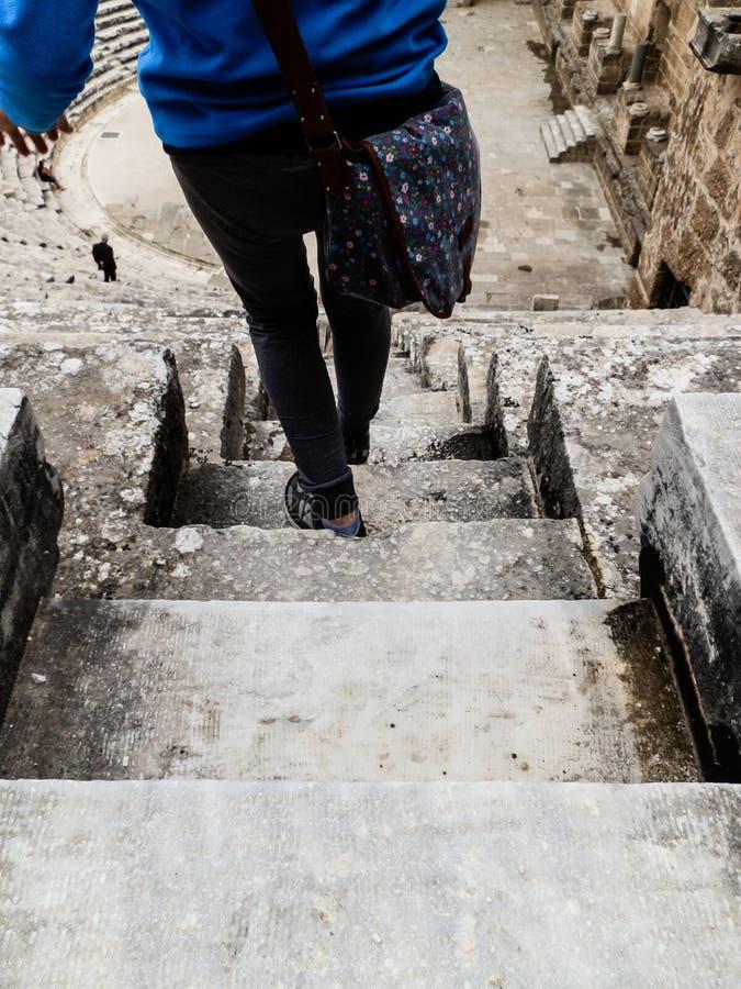 ANTHALYA,土耳其, Aspendos coloseum台阶的7月7,2017妇女  免版税图库摄影