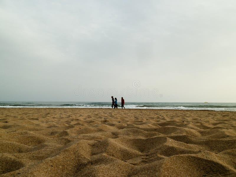 ANTHALYA, TURQUIE, famille de jeunes de JUILLET 7,2017 des vacances marchant sur la plage de soirée image stock