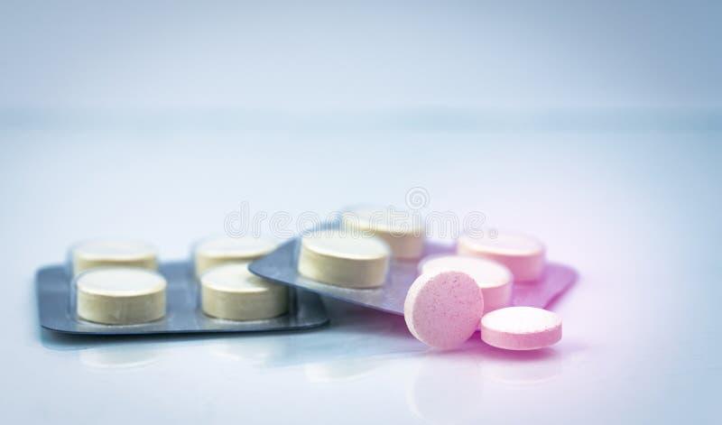 Anthelmintische Tablettenpillen in den Blisterpackungen auf weißem Hintergrund mit Kopienraum lizenzfreie stockfotos