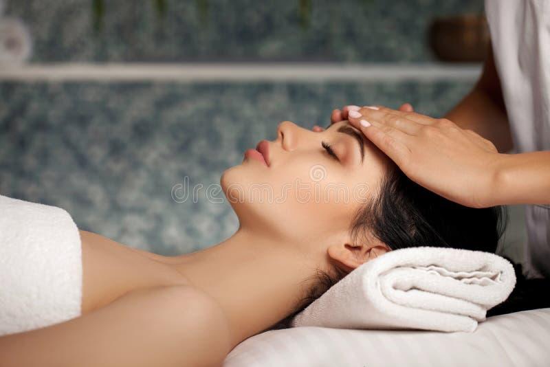 Anti--åldras ansikts- massage royaltyfri bild