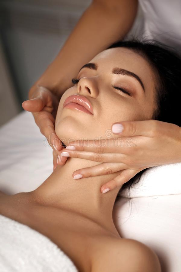 Anti--åldras ansikts- massage arkivfoton