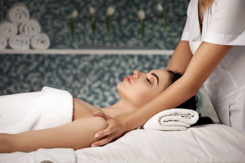 Anti--åldras ansikts- massage royaltyfria bilder