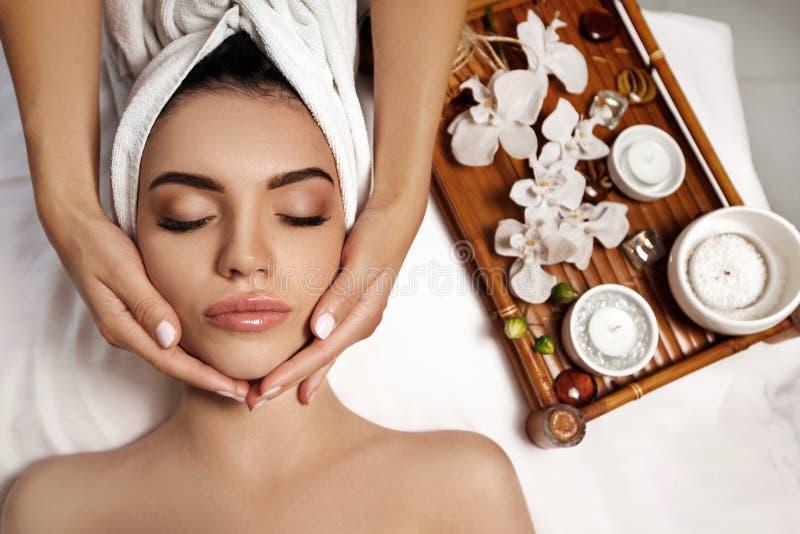 Anti--åldras ansikts- massage fotografering för bildbyråer