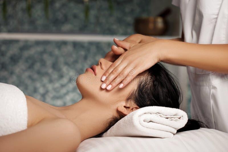 Anti--åldras ansikts- massage royaltyfri fotografi