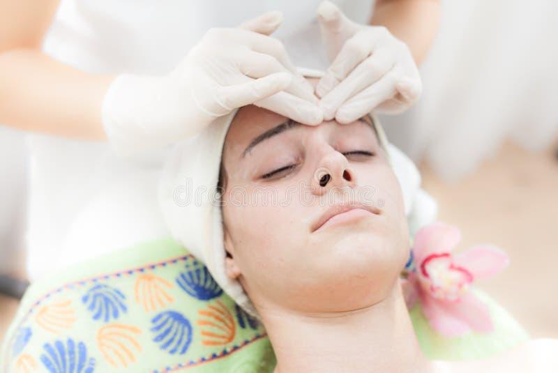 Anti-åldras ansikts- massage arkivbild