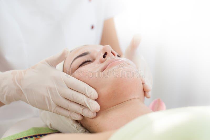 Anti-åldras ansikts- massage royaltyfria bilder