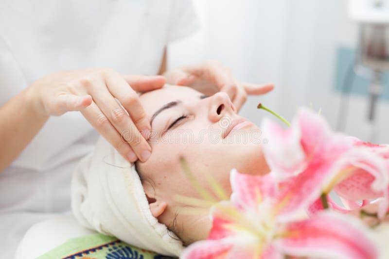 Anti-åldras ansikts- massage royaltyfri foto
