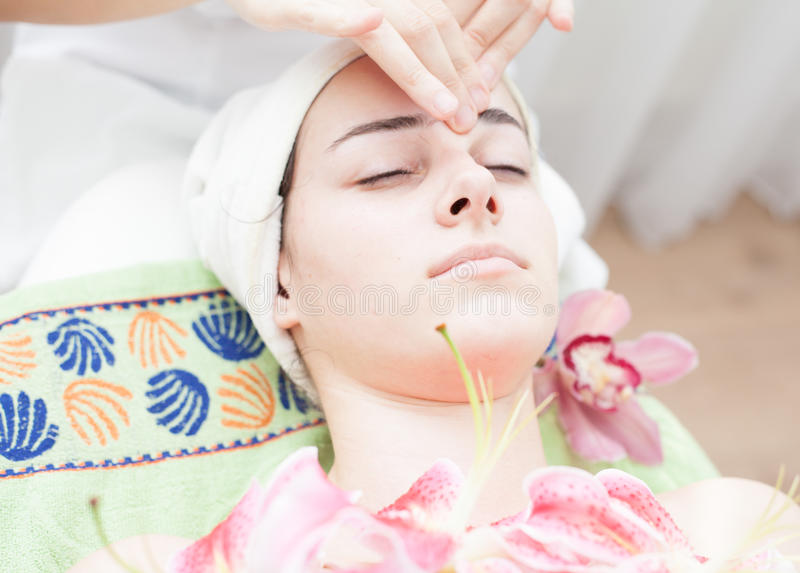 Anti-åldras ansikts- massage arkivfoton