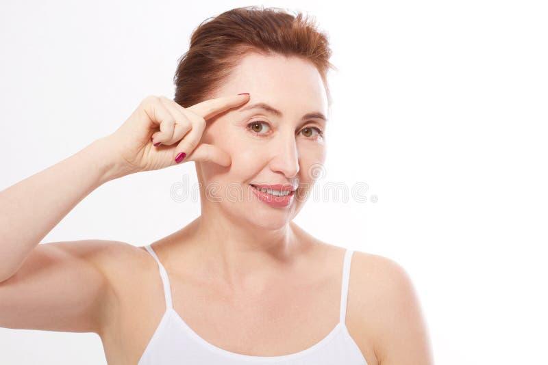 Anti-åldras begrepp Klimakteriumkvinna Mellersta ålder, skrynklor Makroframsida på vit Åtlöje upp kopiera avstånd arkivfoton