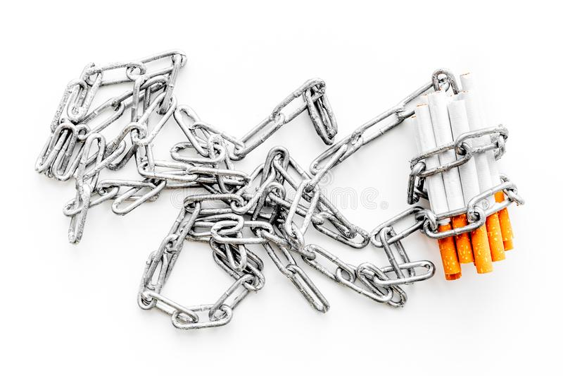 anti прекращенное изображение 3d представленным курить Сигареты в цепях на белом взгляд сверху предпосылки стоковое фото