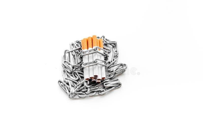 anti прекращенное изображение 3d представленным курить Сигареты в цепях на белом copyspace предпосылки стоковое фото