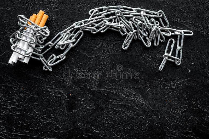 anti прекращенное изображение 3d представленным курить Сигареты в цепях на черном космосе взгляд сверху предпосылки для текста стоковые фотографии rf