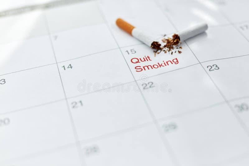 anti прекращенное изображение 3d представленным курить Закройте вверх сломленной сигареты лежа на календаре стоковое изображение