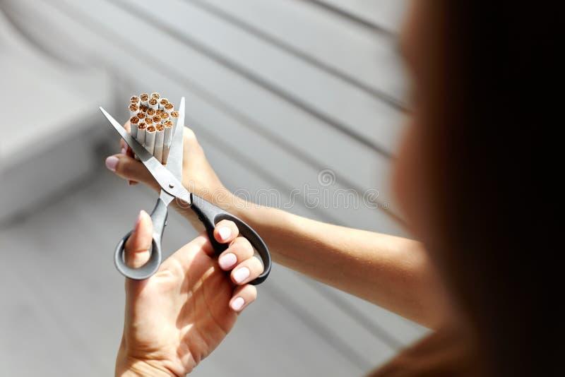 anti прекращенное изображение 3d представленным курить Крупный план женщины вручает сигареты вырезывания стоковая фотография