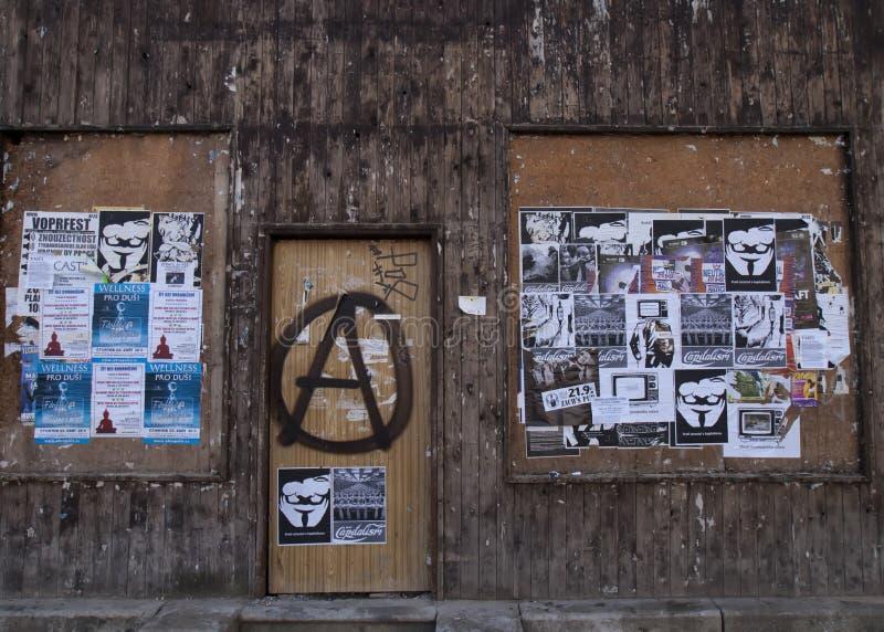 Anti affiches de capitalisme plâtrées au-dessus de la ville par l'anarchiste image stock