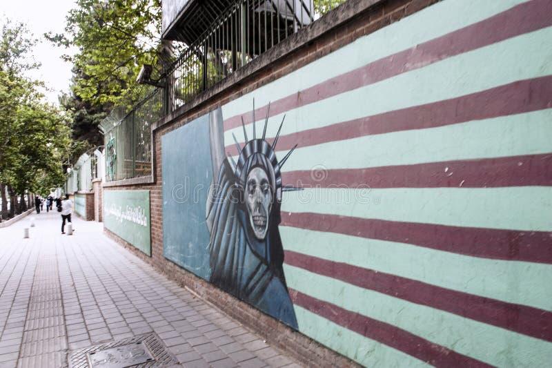 Anti Amerikaanse muurschildering op vroegere de ambassademuur van de V.S. royalty-vrije stock afbeeldingen