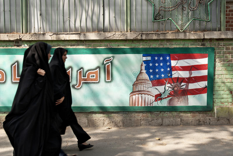 Anti Amerikaanse muurschildering Teheran Iran met versluierde vrouwen stock foto's