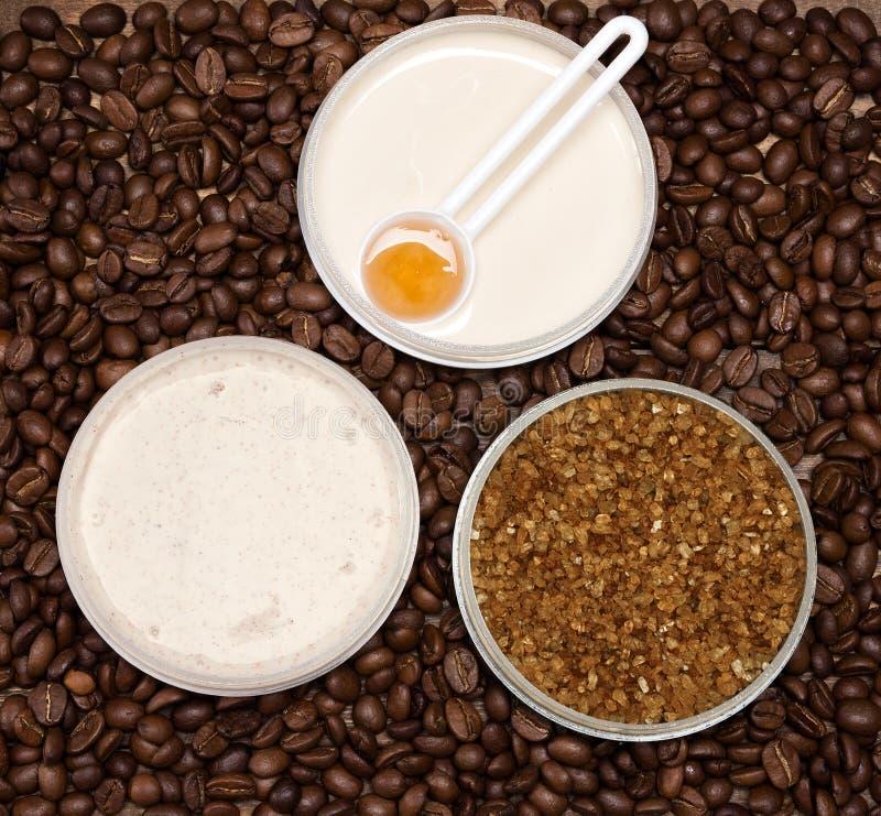 Anti-anti-celluliteschoonheidsmiddelen met cafeïne royalty-vrije stock afbeeldingen