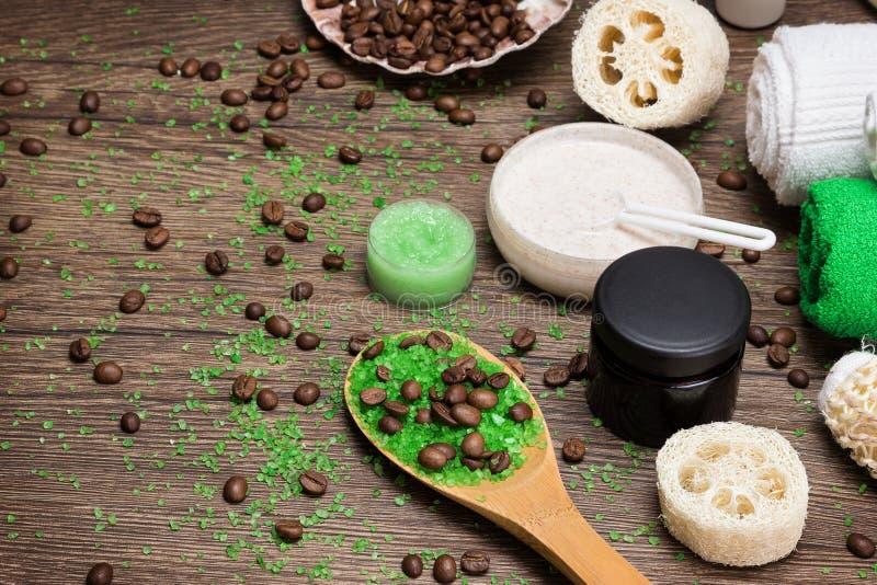 Anti-anti-celluliteschoonheidsmiddelen met cafeïne op houten oppervlakte royalty-vrije stock fotografie