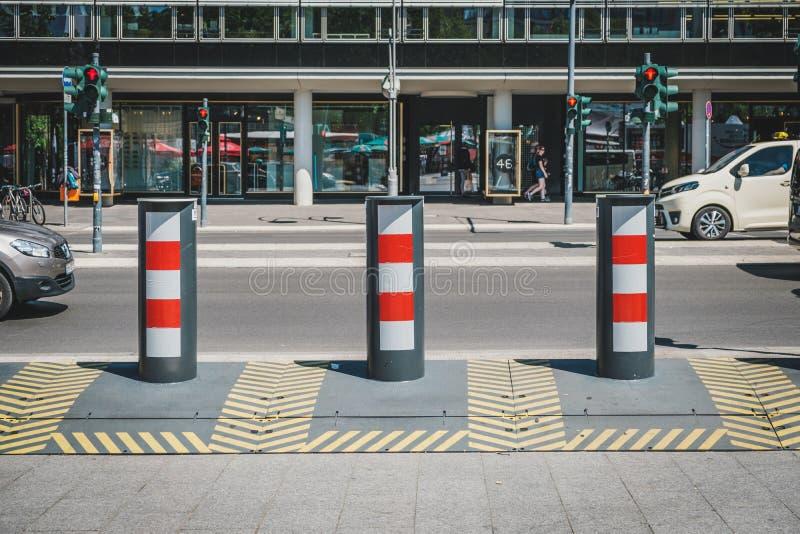 Anti barricade de terreur, protection de relais routier sur le trottoir par chez Breitscheidplatz à Berlin image stock