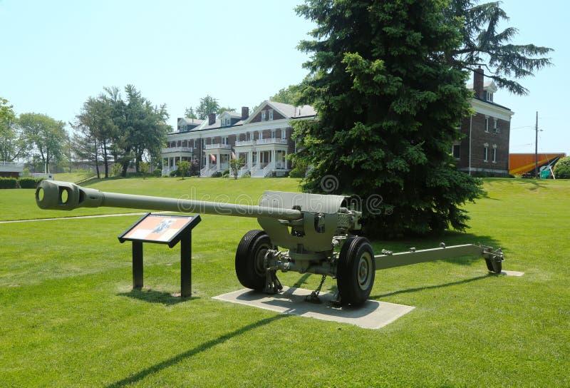 Anti--behållare vapen på skärm på den fortHamilton USA armébasernas i Brooklyn, NY arkivbilder