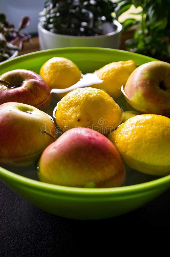 Anti-bekämpningsmedelfruktbehandling i hem- kök arkivbild
