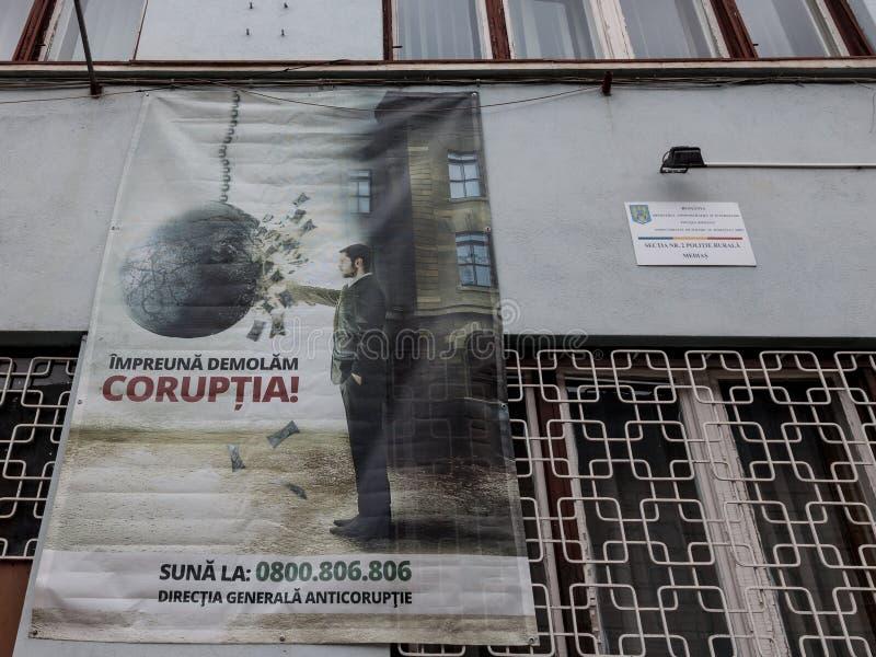 Anti cartaz da corrupção indicado em uma parede nos meios, a Transilvânia da delegacia imagens de stock