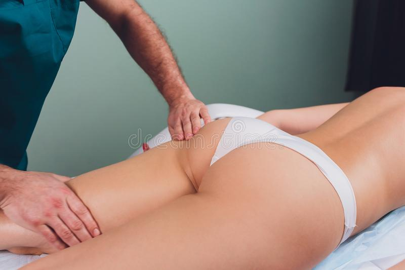 Anti--cellulite massage p? benen av unga kvinnor royaltyfria foton