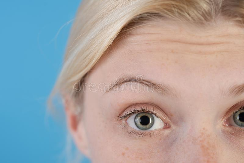 Anti crema di pelle di et? Cosmetici e chirurgia estetica Ragazza con le grinze sulla fine della fronte su Segni di invecchiament fotografia stock libera da diritti