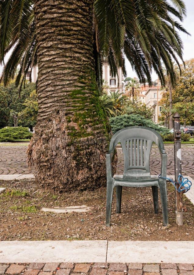 Anti dispositivo do roubo - a cadeira padlocked para afixar sob a palmeira imagens de stock
