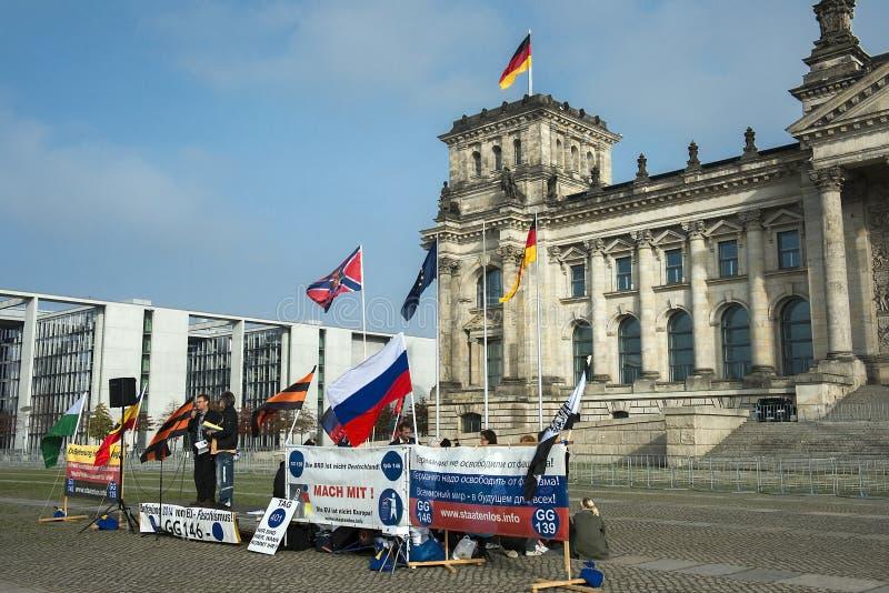 Anti--fascister protesterar på ingången till Reichstag, Berlin, Tyskland royaltyfri fotografi