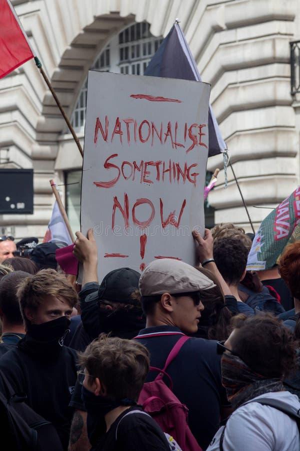 Anti-fascistiska protester i London royaltyfri fotografi