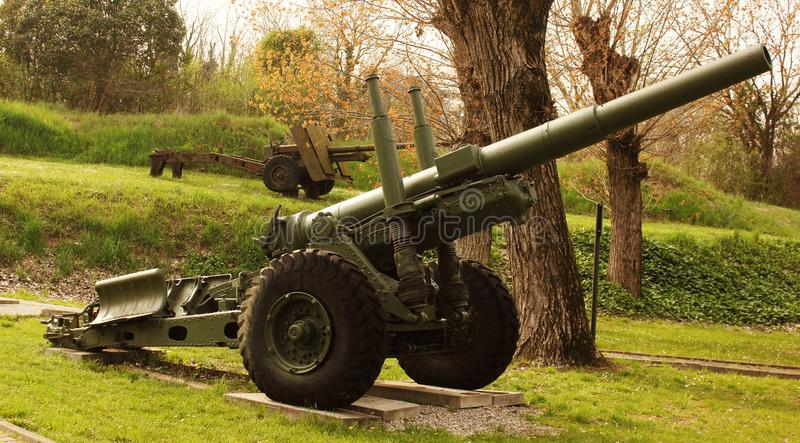 Anti--flygplan vapen av det andra världskriget nu i obruklighet och som i dag förlägger i de tidigare militära barackerna av den  royaltyfri fotografi