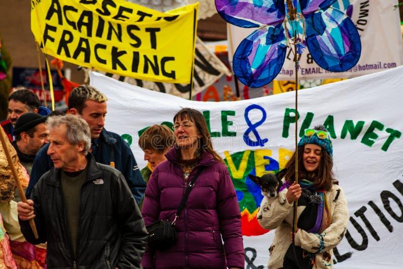 Anti--fracking Marsch durch Harthill, Yorkshire, U K stockfotografie