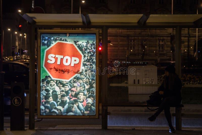 Anti-invandringaffisch från den Viktor Orban regeringen i gatorna av Budapest under aktionen för 2018 riksdagsval arkivbilder