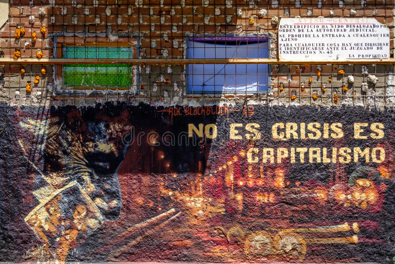 Anti-kapitalistische graffiti op verlaten de bouwmuur royalty-vrije stock foto
