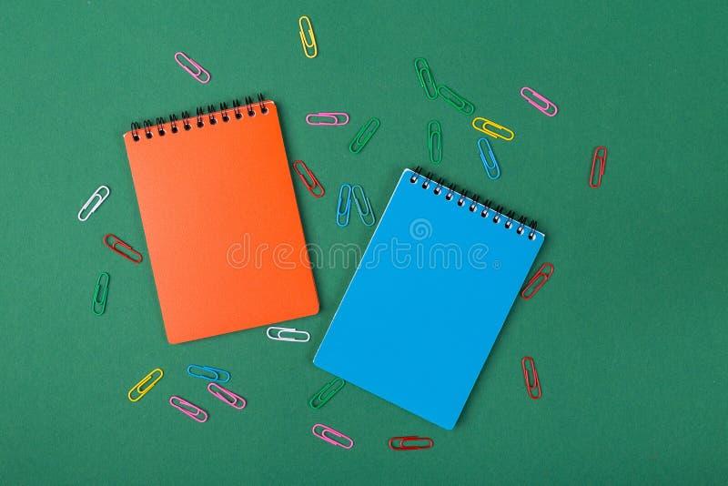 anti kontor annan brevpapper för saxsharpenerhäftapparat arkivfoton