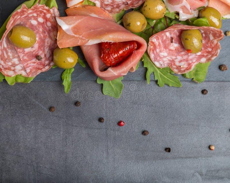Anti pâtes avec les tomates et les olives sèches image stock