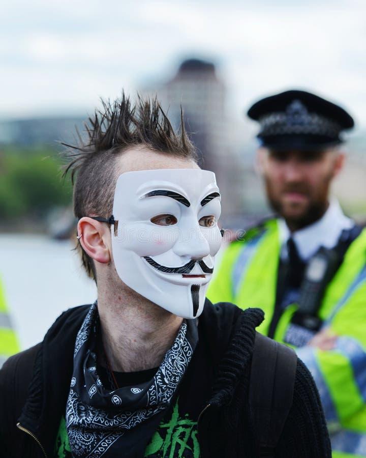 Anti protestador dos cortes em uma reunião em Londres imagens de stock