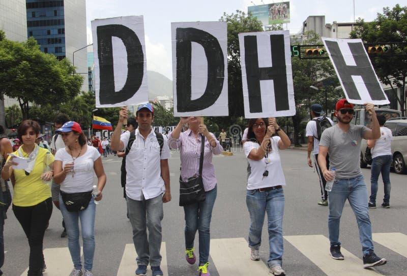 Anti protestadores de Nicolas Maduro que marcham em uma demonstração maciça contra o dictatorshi foto de stock royalty free