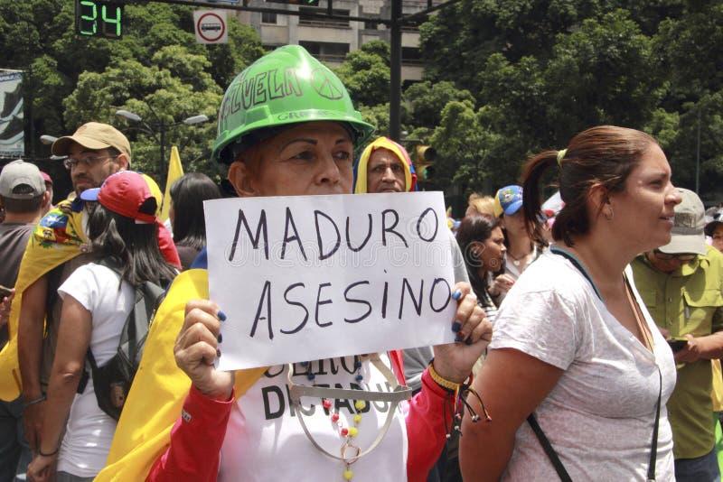 Anti protestadores de Nicolas Maduro que marcham em uma demonstração maciça contra o dictatorshi imagens de stock